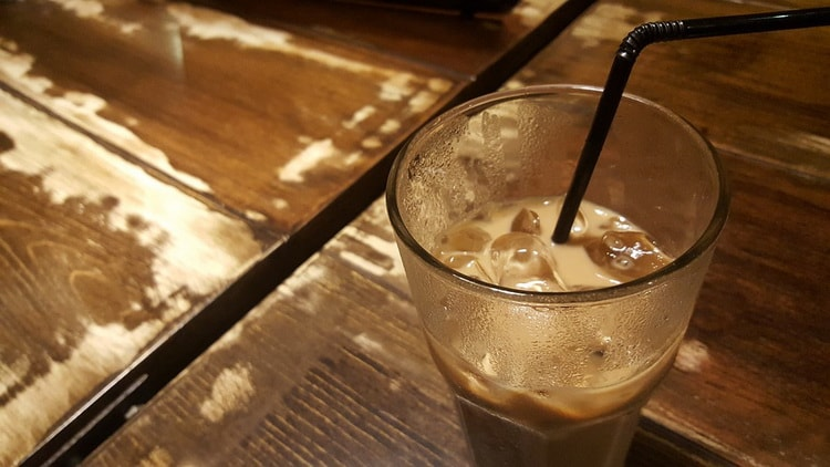 Чем отличается «холодный кофе» от «кофе со льдом»?